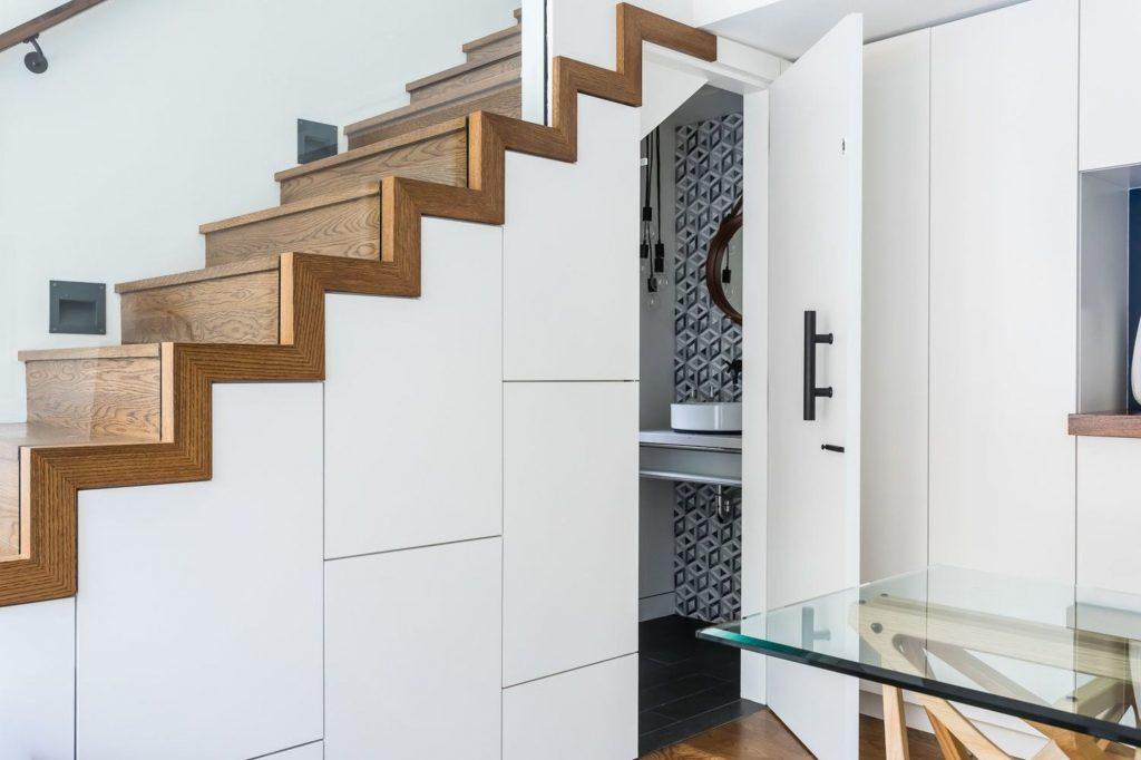 Des toilettes en sous escalier | via Pinterest