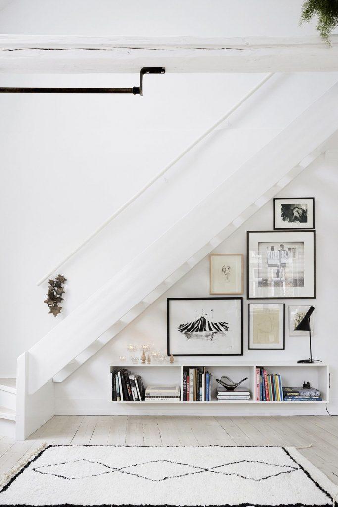 Un espace déco en sous escalier | via Pinterest