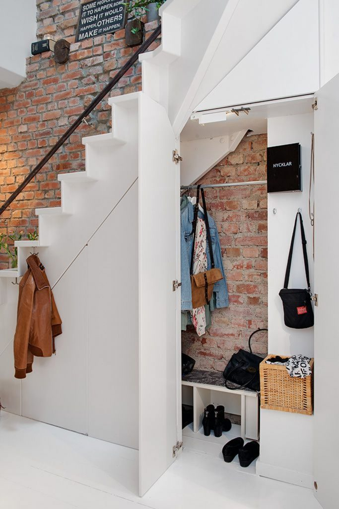 Un dressing en sous escalier | via Pinterest