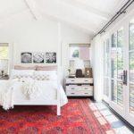 Chambre feng shui épurée et tapis rouge